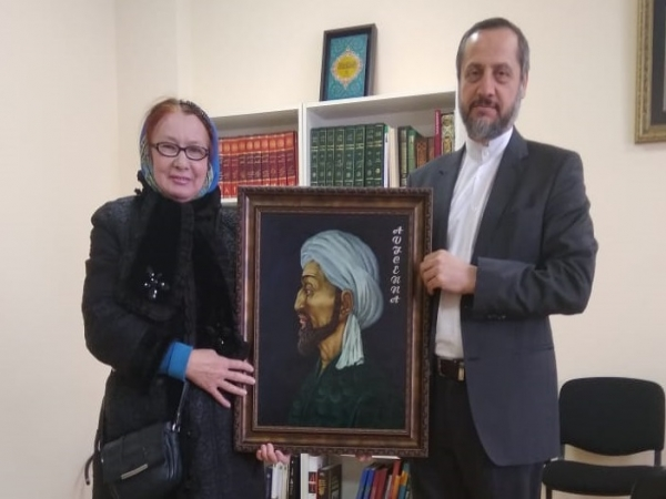 Artist Z. Biktasheva presented Ibn Sina's portrait to the President of the Ibn Sina Foundation